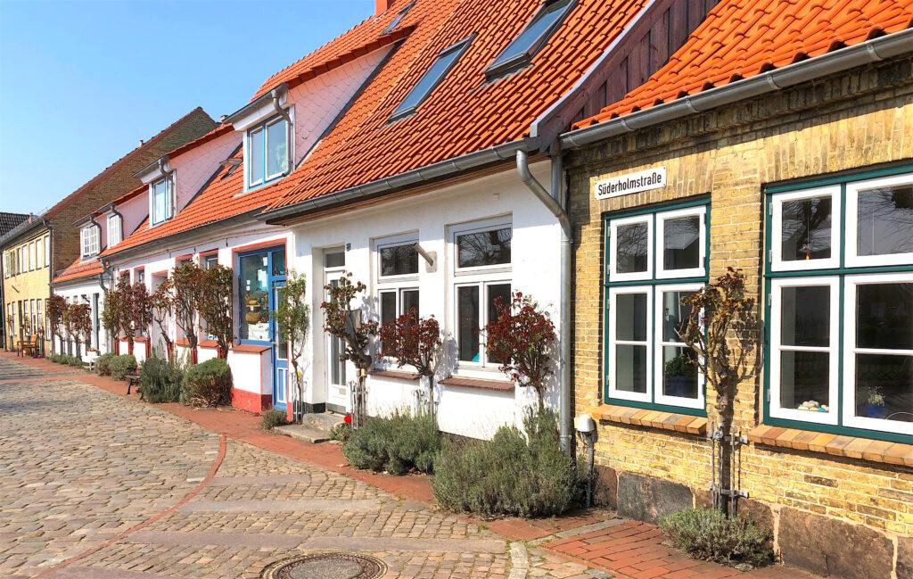 ein Spaziergang durch die Fischersiedlung Holm bei Schleswig: hier die Süderholmstrasse
