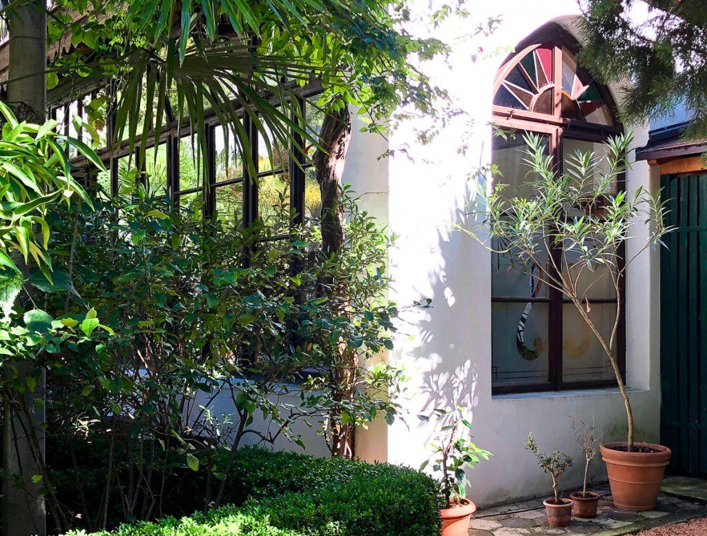 schöne Buntglasfenster in der historischen Orangerie im Hotel Ottmanngut in Meran