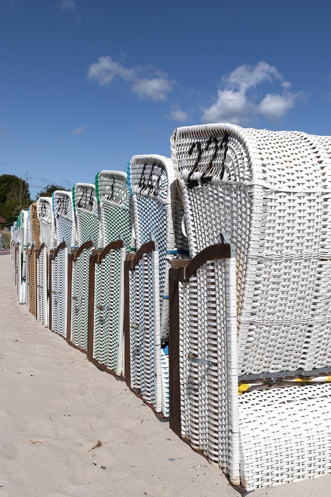 Strandkörbe im Ferienort Hohwacht warten auf den Saisonstart