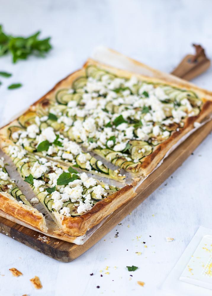 Zucchini-Tarte: eine gelungene Kombination aus Blätterteig, Feta und Minze.