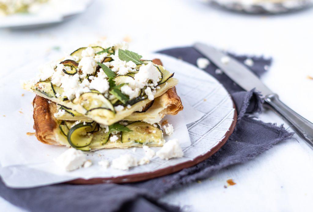 Zucchini-Tarte mit Feta und Minze: ein schneller leckerer Snack nicht nur für Gäste!