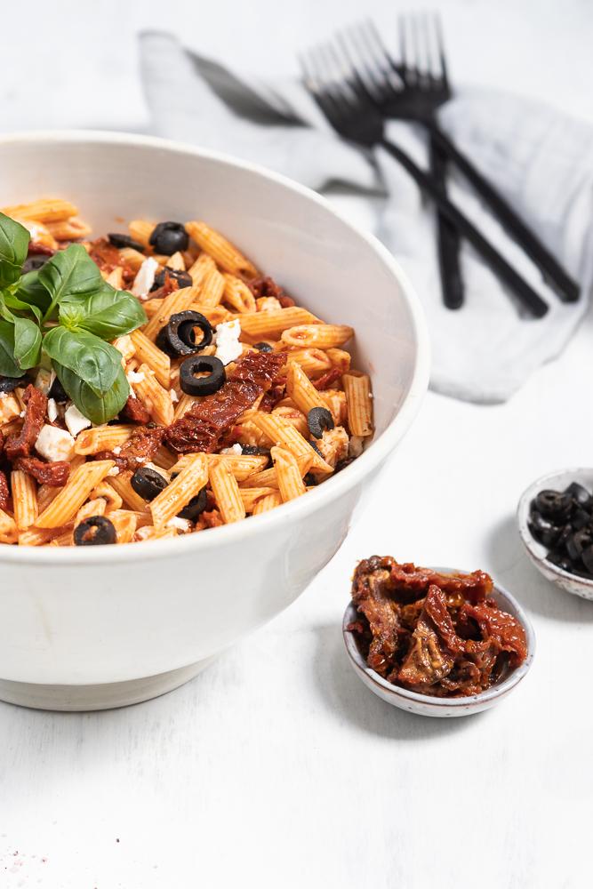 roter Nudelsalat mit getrockneten Tomaten, Oliven und Sherryessig