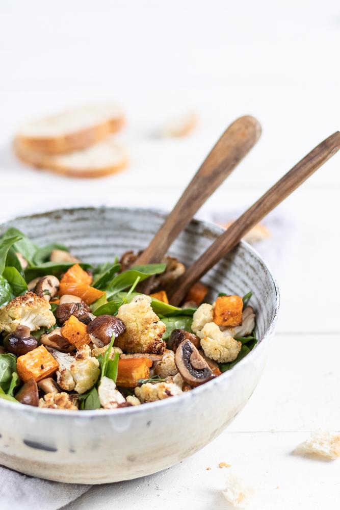 Salat mit geröstetem Blumenkohl und Süßkartoffeln