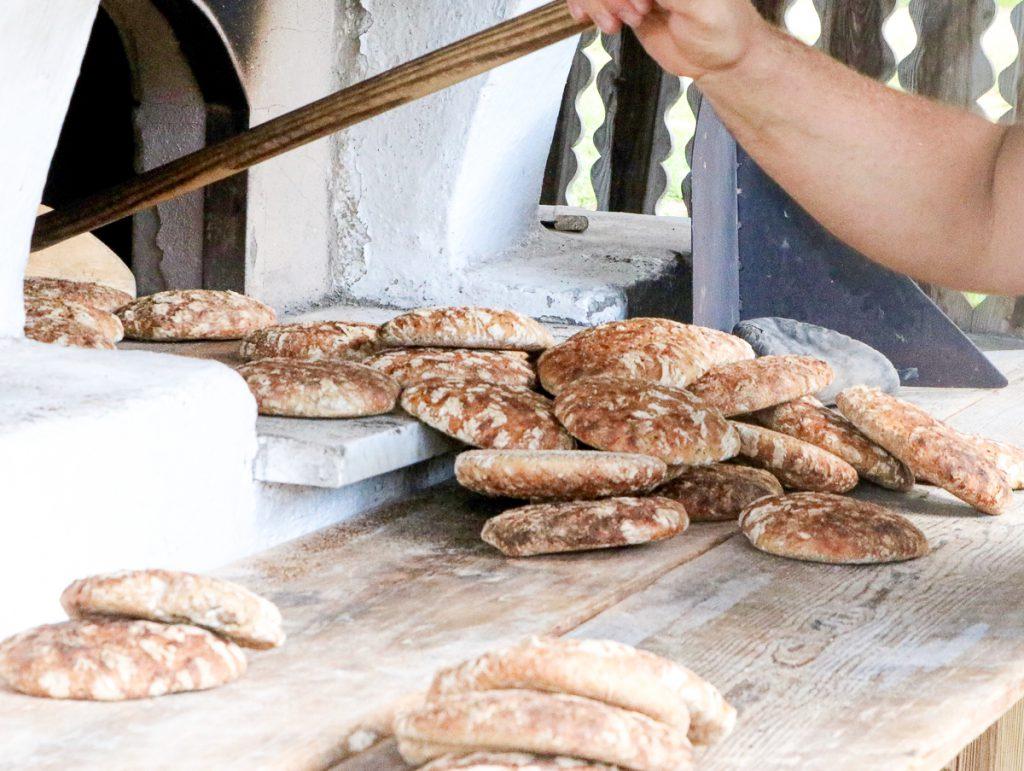 7 Dinge, die Du in Meran auf gar keinen Fall verpassen solltest: Vinschgauer frisch aus dem Ofen auf der Gompm Alm