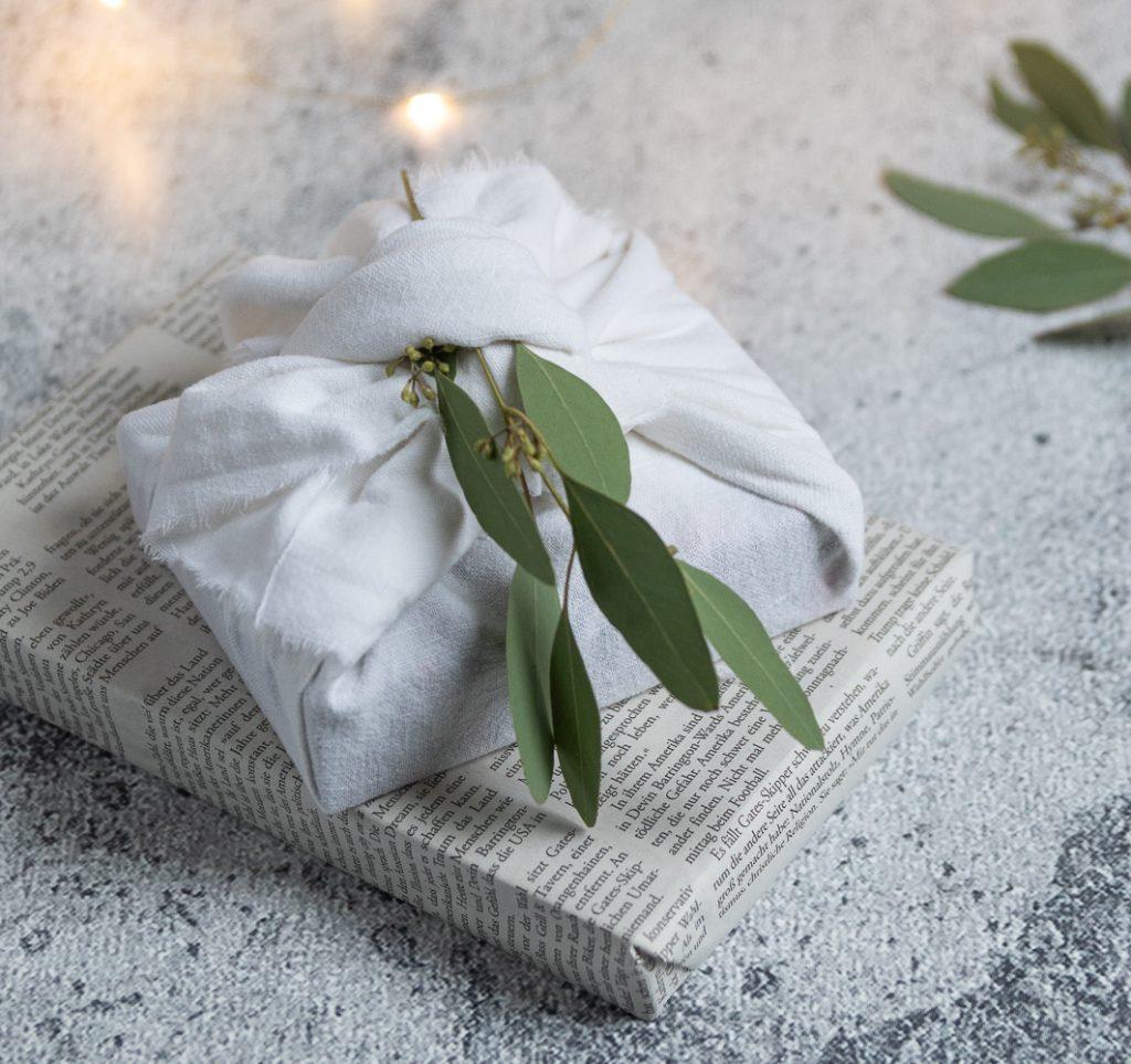 Stoff statt Papier: Geschenke nachhaltig verpacken mit der Furoshiki-Technik