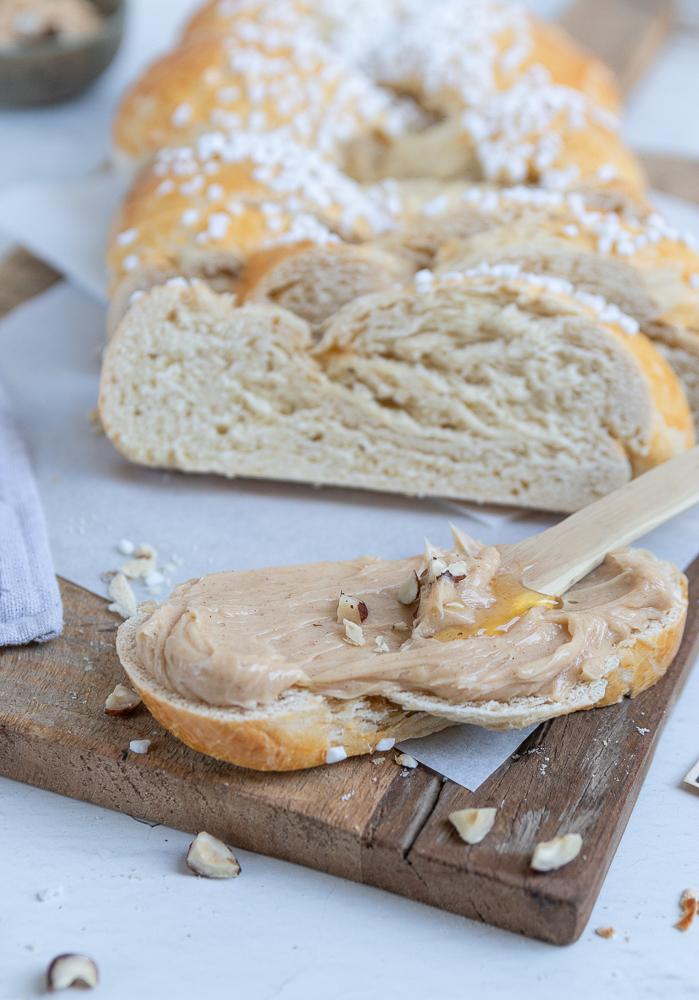 klassischer Hefezopf mit selbstgemachter Honig-Zimt-Butter: perfekt für den Ostertisch