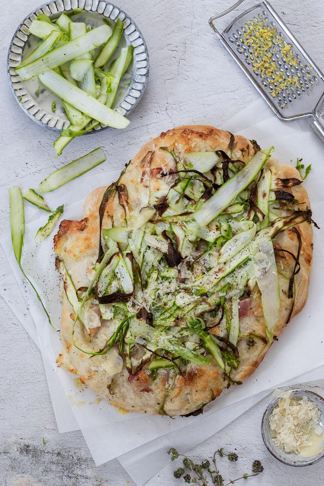 Spargel-Flatbread: einfaches Pizzarezept mit Hefeteig und grünem Spargel