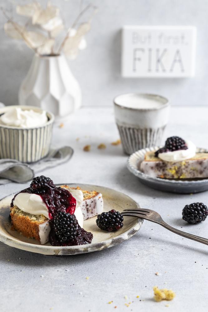 Zitronen-Mohn-Kuchen mit Ricotta und fruchtigem Brombeer-Topping